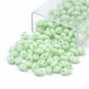 Perlas de semillas de 2-hoyo, Abalorios de cristal checas, oval, verde claro, 5x3~3.5x2.5~3mm, agujero: 0.5 mm, aproximamente 194 unidades / caja, peso neto: 10g / caja